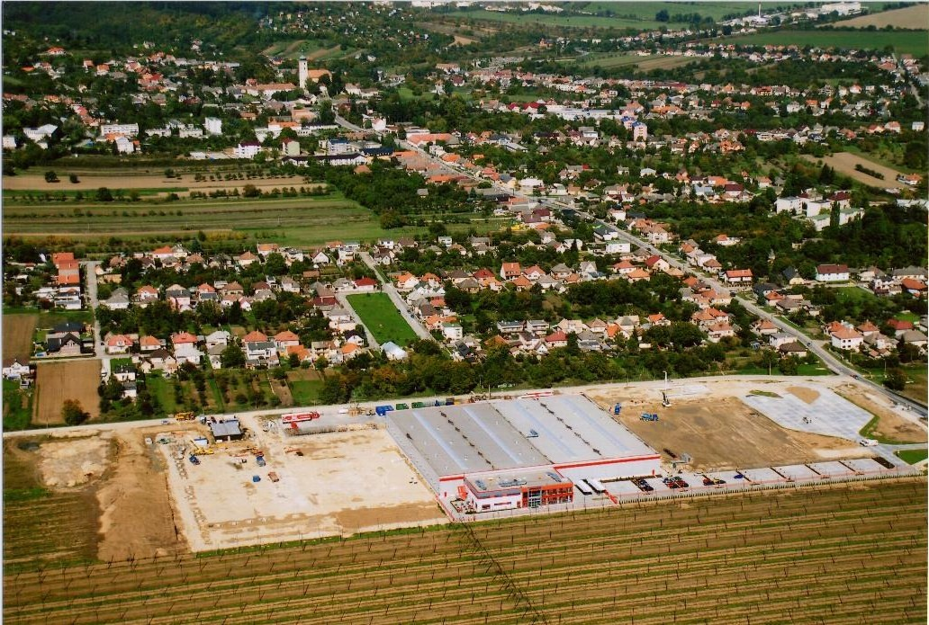 Letecký pohľad po realizácii jednej skladovej haly a jednej výrobnej haly