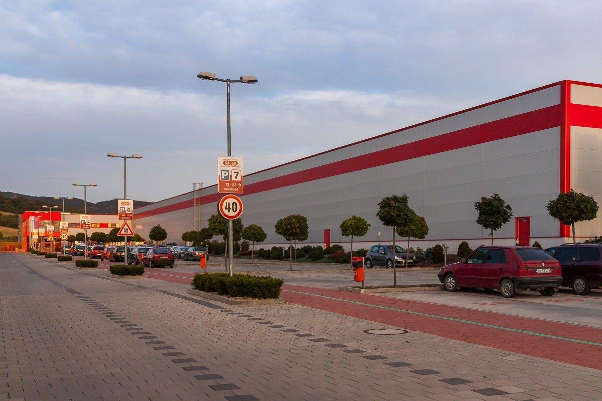 parkovisko a skladová hala